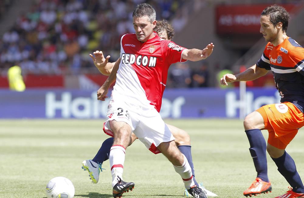 Jeremy Toulalan del AS Monaco (i) hace un pase ante Benjamin Stambouli del Montpellier (d). Foto: EFE