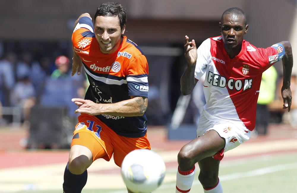 Eric Abidal del AS Monaco (d) lucha por el balón con Emanuel Herrera del Montpellier (i). Foto: EFE