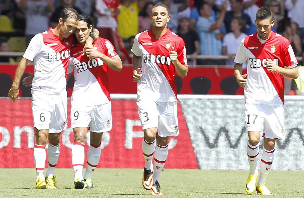 El delantero colombiano Radamel Falcao (2i) del AS Monaco celebra con sus compañeros su gol marcado. Foto: EFE