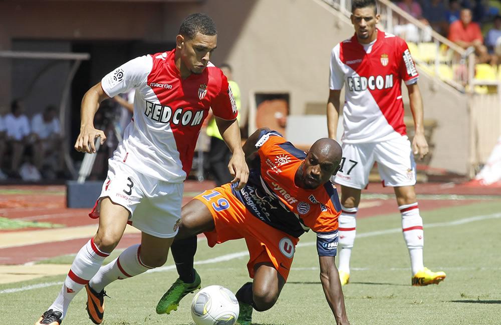 Layvin Kurzawa del AS Monaco (i) lucha por el balón con Souleymane Camara del Montpellier (d). Foto: EFE