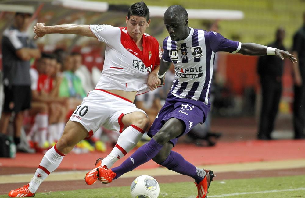 James Rodriguez del AS Monaco (i) lucha por el balón con Cheikh M'Bengue del Toulouse (d). Foto: EFE
