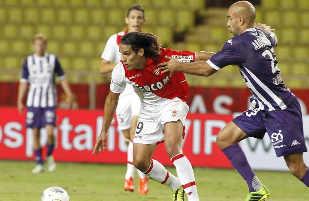 Radamel Falcao del AS Monaco (i) lucha por el balón con Aymen Abdennour del Toulouse (d). Foto: EFE