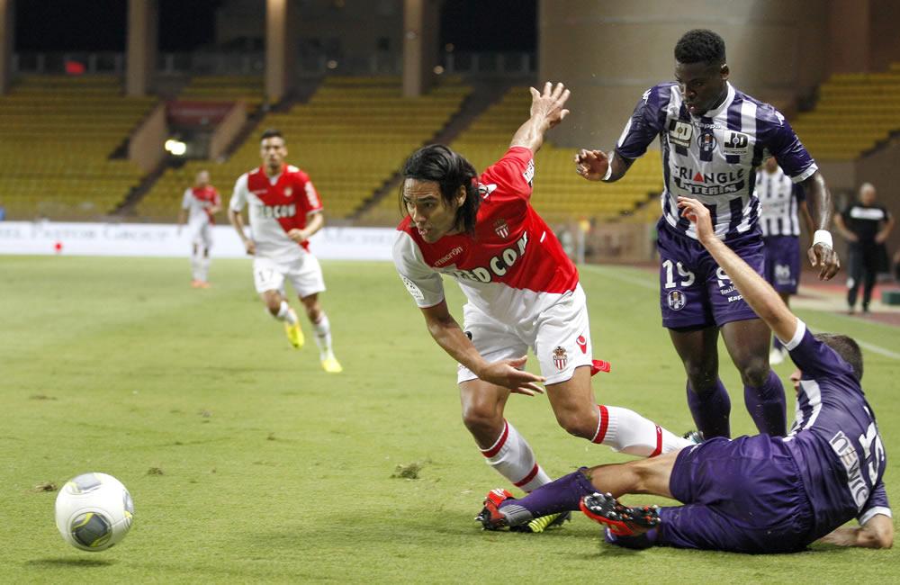 Radamel Falcao del AS Monaco (i) con el balón ante Serge Aurier (d de pie) y Uros Spajic del Toulouse. Foto: EFE
