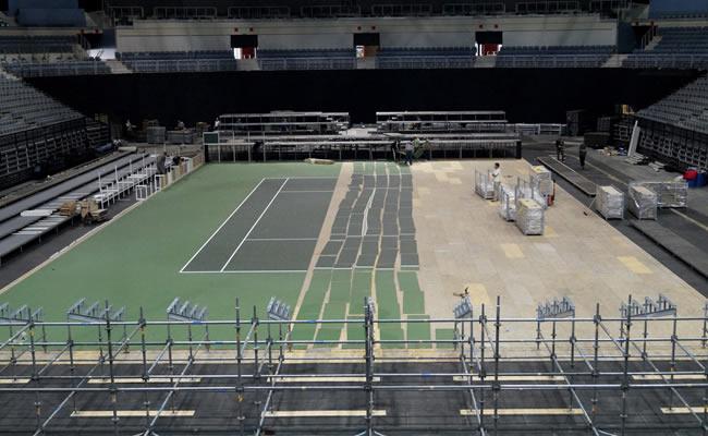 - Labores de comienzo del montaje de la pista Ultra Cushion en el O2 Arena de Praga. Foto: EFE