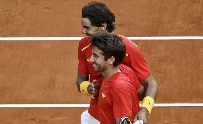 Los españoles Marc López (en primer término) y Rafael Nadal celebran la victoria ante Sergiy Stakhovsky y Denys Molchanov. Foto: EFE