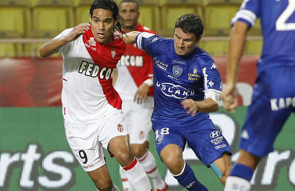 El jugador de AS Mónaco el colombiano Radamel Falcao García (i) disputa el balón con Yannick Cahuzac (d) del S.C. Bastia. Foto: EFE