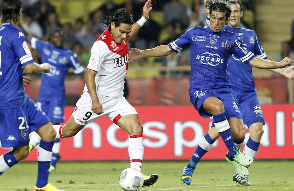 El jugador de AS Mónaco el colombiano Radamel Falcao García (i) disputa el balón con Francois-Joseph Modesto (d) del S.C. Bastia. Foto: EFE