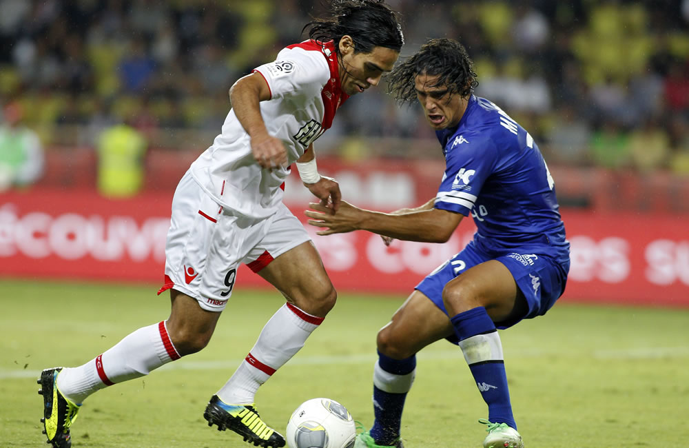 El jugador de AS Mónaco, el colombiano Radamel Falcao García (i) disputa el balón con Francois-Joseph Modesto (d) del S.C. Bastia. Foto: EFE