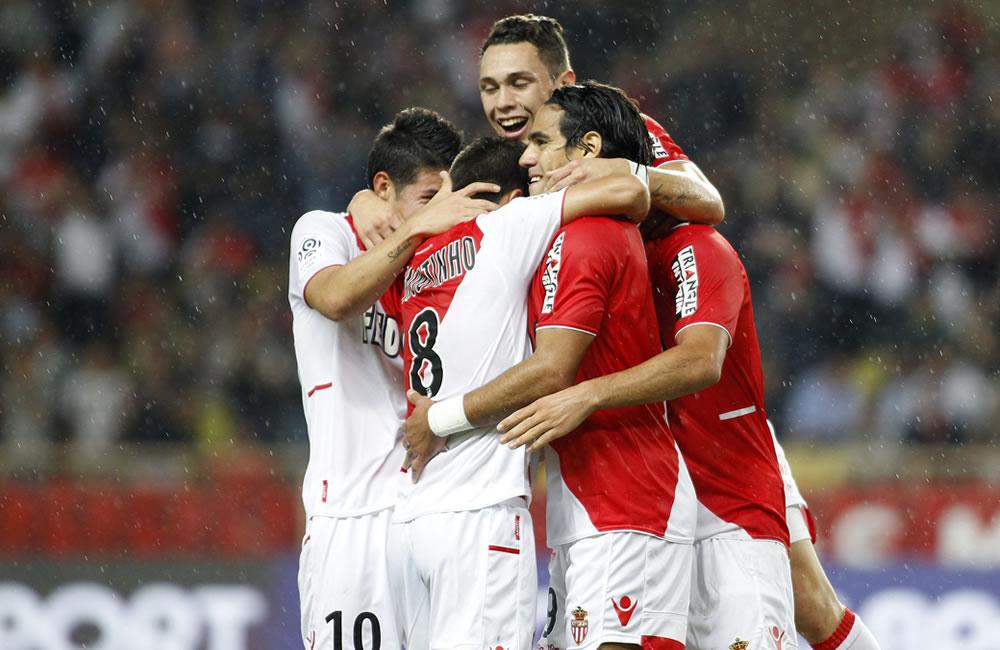 El jugador de AS Mónaco el colombiano Radamel Falcao García (c) celebra un gol con sus compañeros ante el S.C. Bastia. Foto: EFE