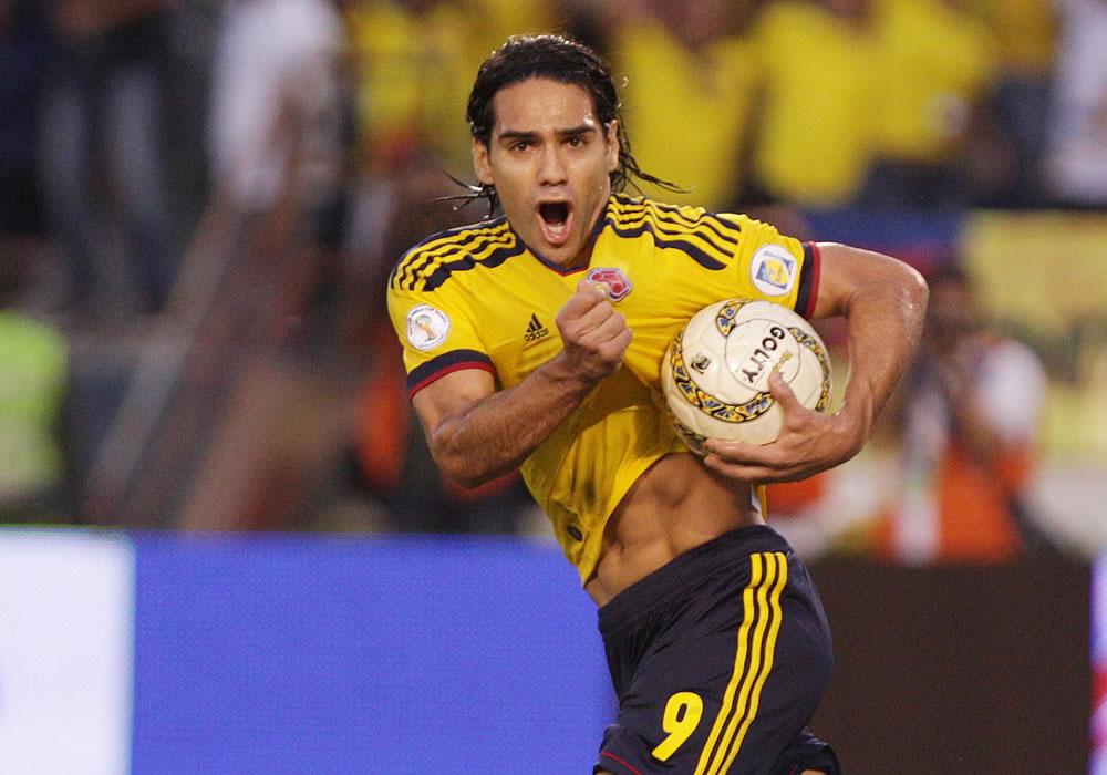 El delantero de Colombia Falcao García, celebra luego de anotar ante Chile. Foto: EFE