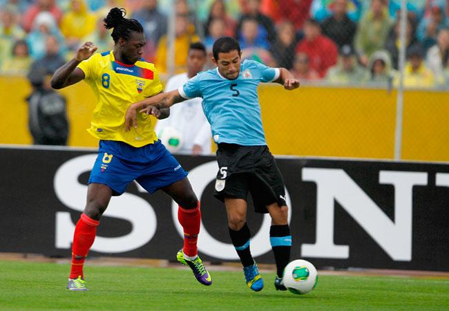 El jugador de la selección de Ecuador Felipe Caicedo (i) disputa un balón con Walter Gargano (d) de Uruguay. Foto: EFE