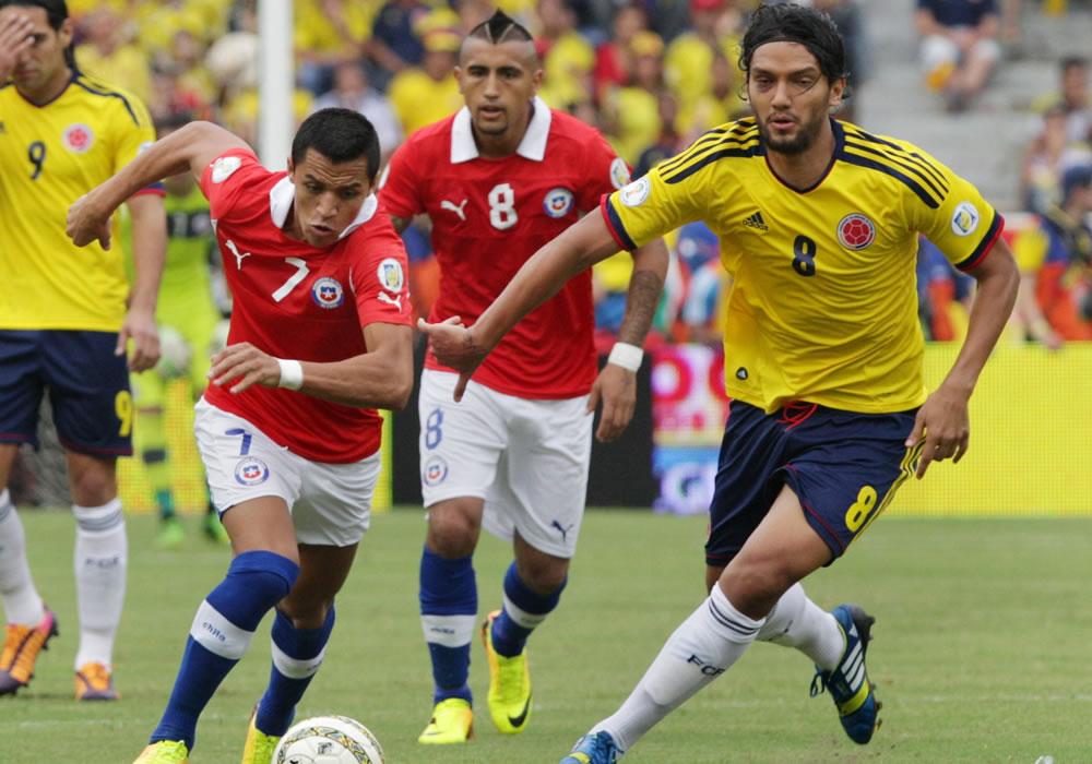 El jugador de Colombia Abel Aguilar (i) disputa el balón con Arturo Vidal del Chile. Foto: EFE