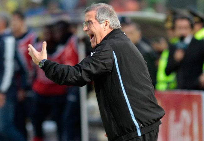El técnico de Uruguay, Oscar Tabarez, le da instrucciones a sus jugadores. Foto: EFE