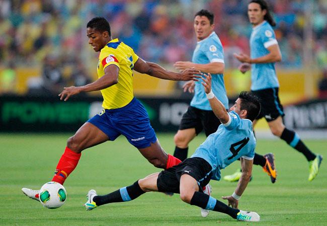 El jugador de la selección de Ecuador Antonio Valencia (i) trata de escapar a la marca del Jorge Fucile (d) de Uruguay. Foto: EFE