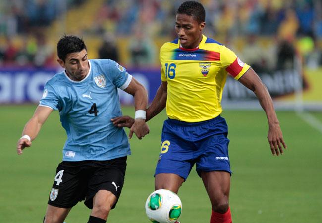 El jugador de la selección de Ecuador Antonio Valencia (d) disputa un balón con Jorge Fucile (i) de Uruguay. Foto: EFE