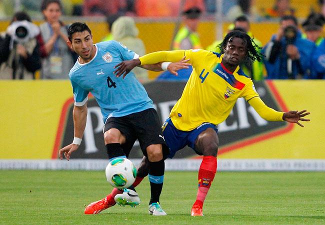 El jugador de la selección de Ecuador Juan Paredes (d) disputa un balón con Jorge Fucile (i) de Uruguay. Foto: EFE