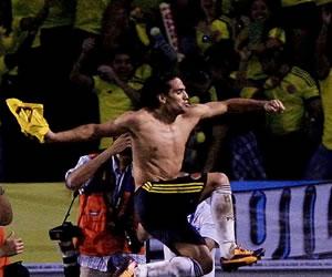El jugador de Colombia, Falcao García (c) celebra su gol ante Chile. EFE