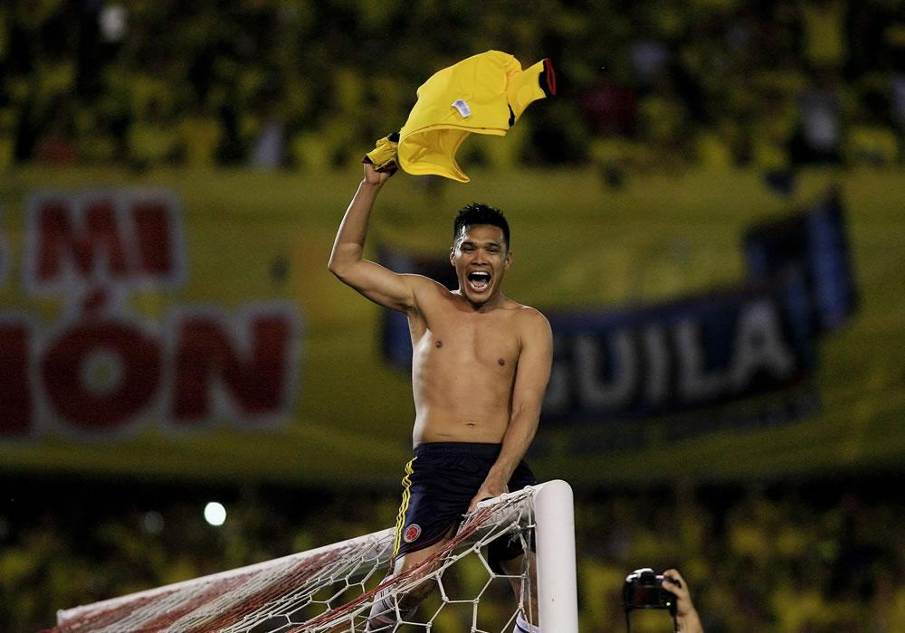 El jugador de Colombia Teófilo Gutiérrez celebra luego de empatar ante Chile. Foto: EFE