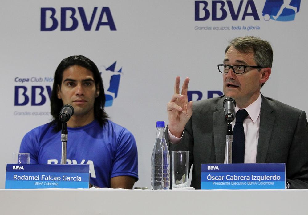 El delantero de la selección colombiana de fútbol Falcao García (i) y el presidente ejecutivo del banco BBVA en Colombia. Foto: EFE