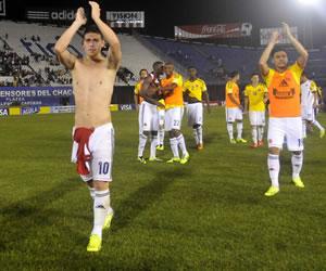 Jugadores colombianos celebran después de vencer a Paraguay. EFE