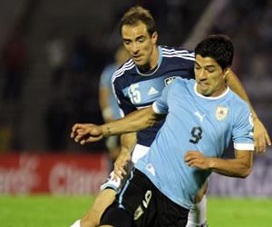 El jugador de la selección argentina Leandro Somoza (i) disputa el balón con Luis Suárez (d) de Uruguay. EFE