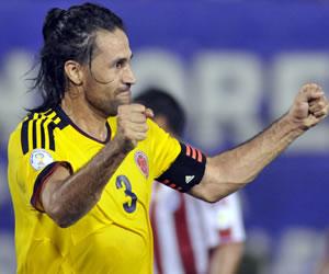 El jugador colombiano Mario Yepes celebra una anotación ante Paraguay. EFE
