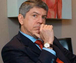 Implantan marcapasos al ex presidente colombiano César Gaviria Trujillo