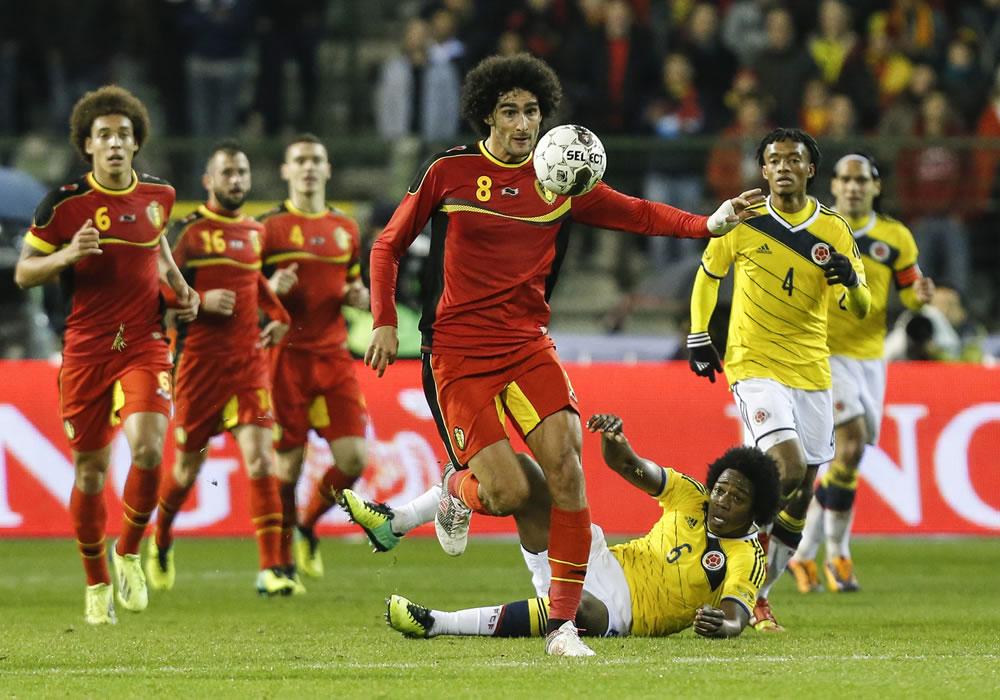 El jugador de Bélgica, Marouane Fellaini (c-i), disputa un balón con el jugador colombiano Carlos Sánchez (c- abajo). Foto: EFE