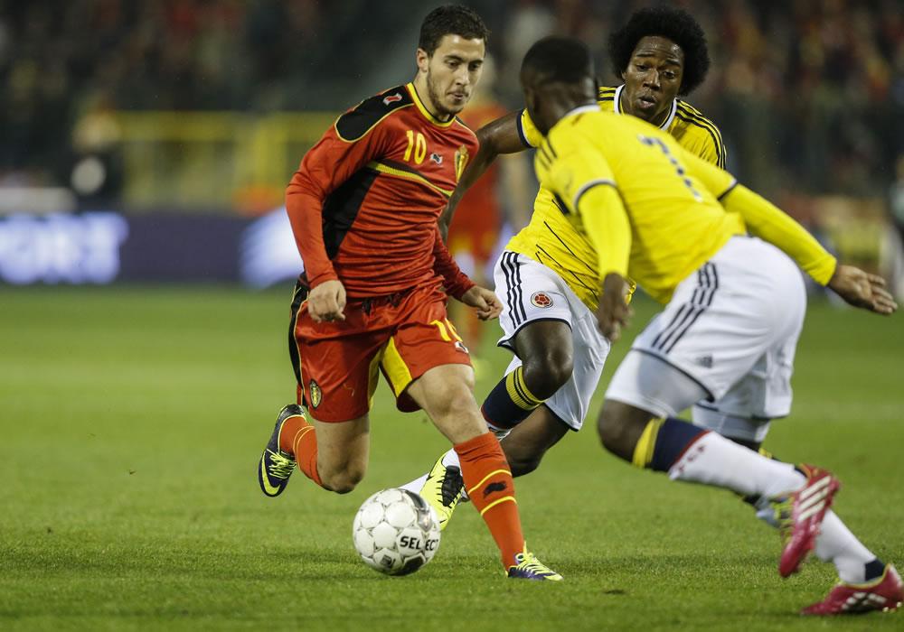El jugador de Bélgica, Eden Hazard (i), disputa un balón con los jugadores colombianos Pablo Armero (c- adelante) y Carlos Sánchez. Foto: EFE