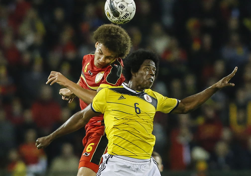 El jugador de Bélgica, Axel Witsel (arriba), disputa un balón con el jugador colombiano Carlos Sánchez (abajo). Foto: EFE