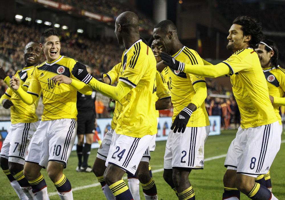 El jugador de Colombia, Victor Ibarbo (c), celebra con sus compañeros de equipo una anotación. Foto: EFE