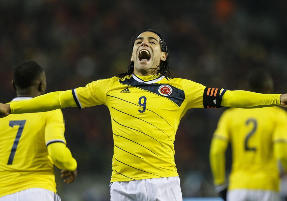 El jugador de Colombia, Radamel Falcao García (c), celebra una anotación. Foto: EFE