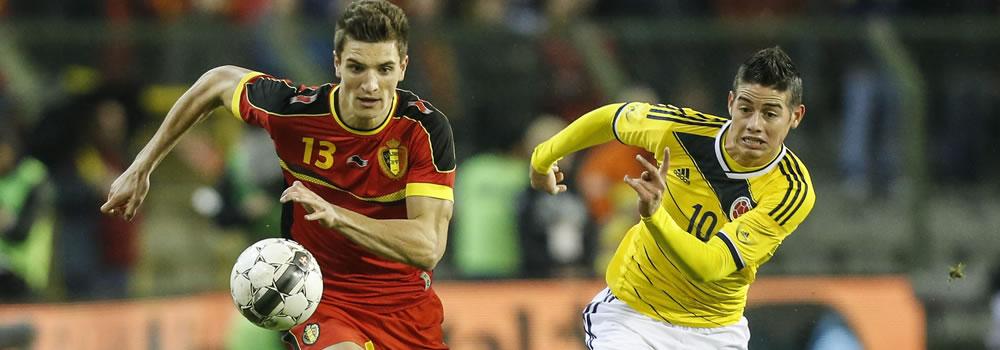 El jugador de Bélgica, Eden Hazard (i), disputa un balón con el jugador colombiano, James Rodríguez. Foto: EFE