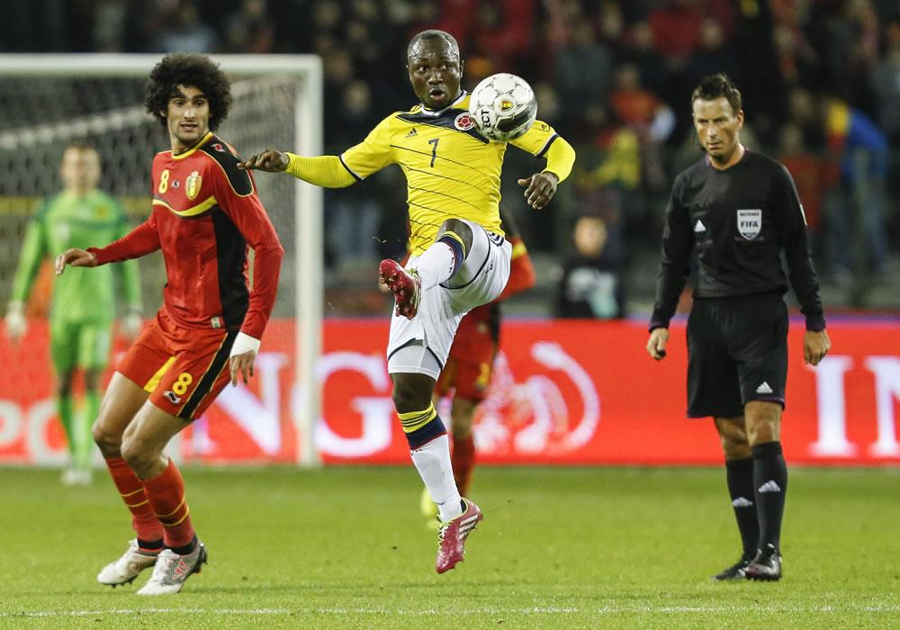 El jugador de Bélgica, Marouane Fellaini (i), disputa un balón con el jugador colombiano Pablo Armero. Foto: EFE