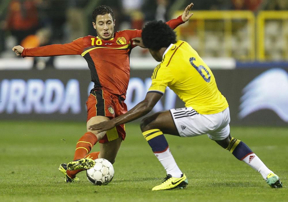 El jugador de Bélgica, Eden Hazard (i), disputa un balón con el jugador colombiano Carlos Sánchez (d). Foto: EFE