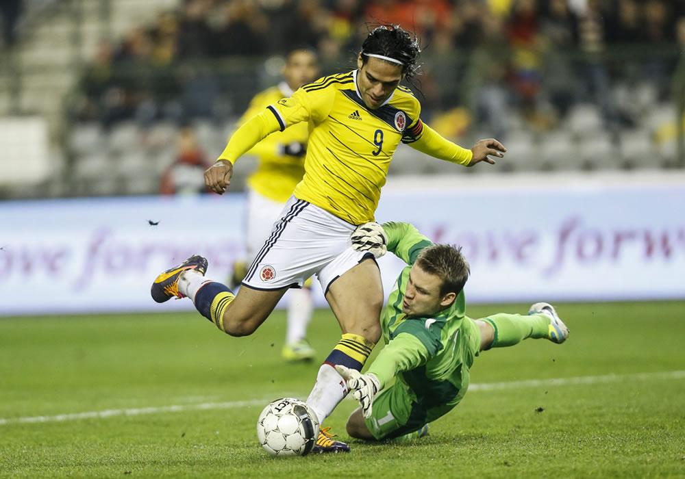El jugador de Colombia, Radamel Falcao García (i), anota un gol en la portería del jugador belga, Simon Mignolet. Foto: EFE
