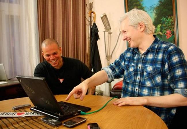 Calle 13 publica el vídeo del tema escrito con Assange
