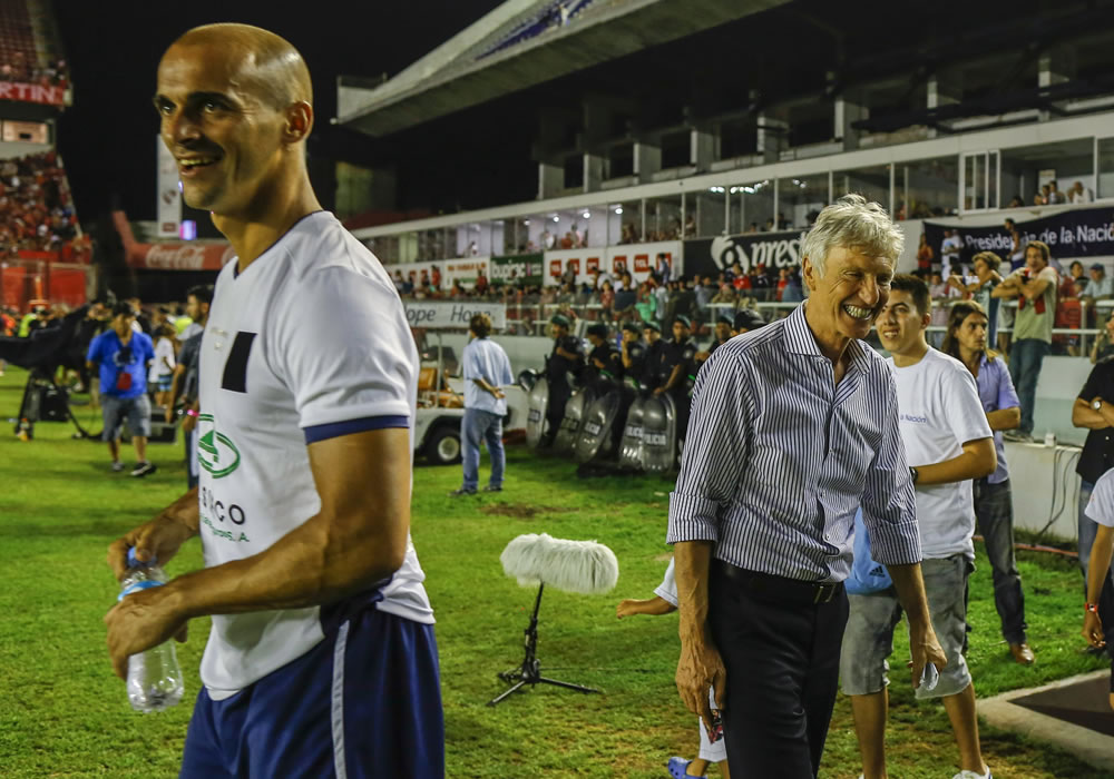 El entrenador de la selección colombiana de fútbol, Jose Pekerman (d), ríe junto al jugador Mariano Pernía (i). Foto: EFE