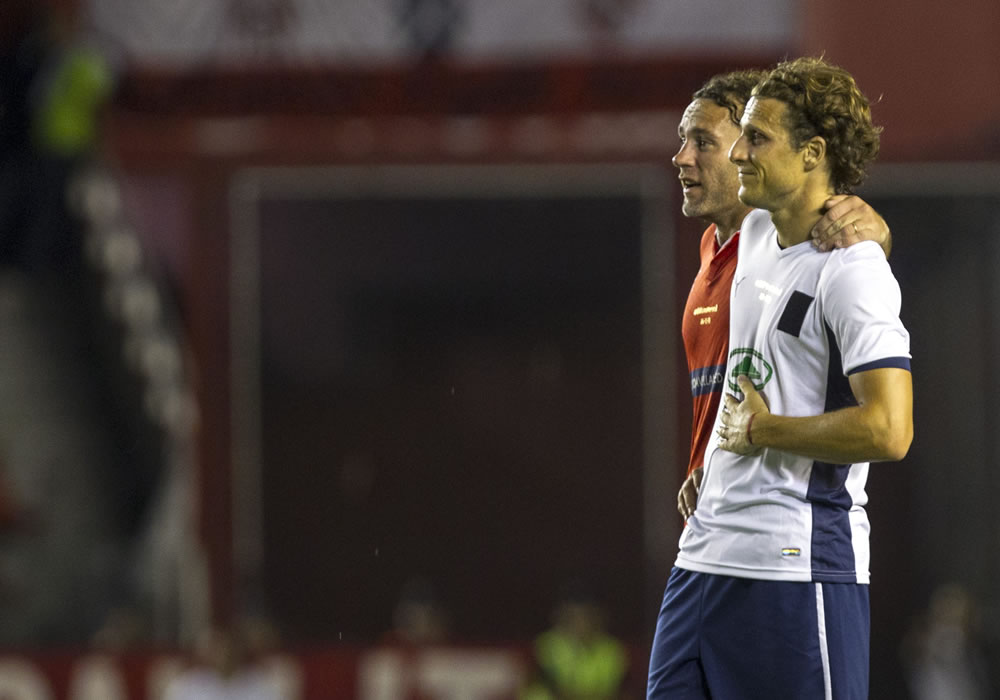 Gabriel Milito (i) celebra un gol junto al jugador Alejandro Domínguez (d). Foto: EFE