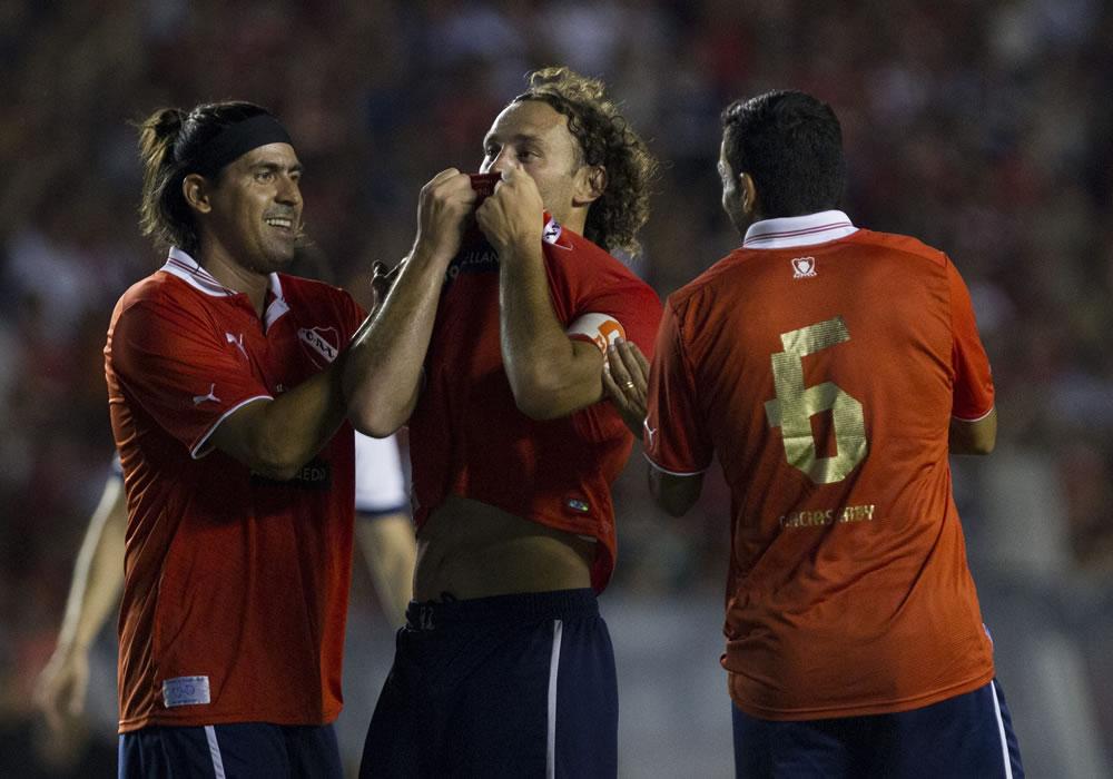 Gabriel Milito (c) celebra su gol junto al jugador Alejandro Domínguez (i). Foto: EFE