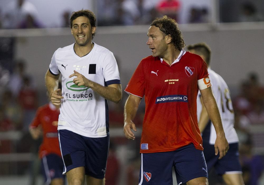 Gabriel Milito (d) y su hermano Diego Milito (i) corren en la despedida. Foto: EFE
