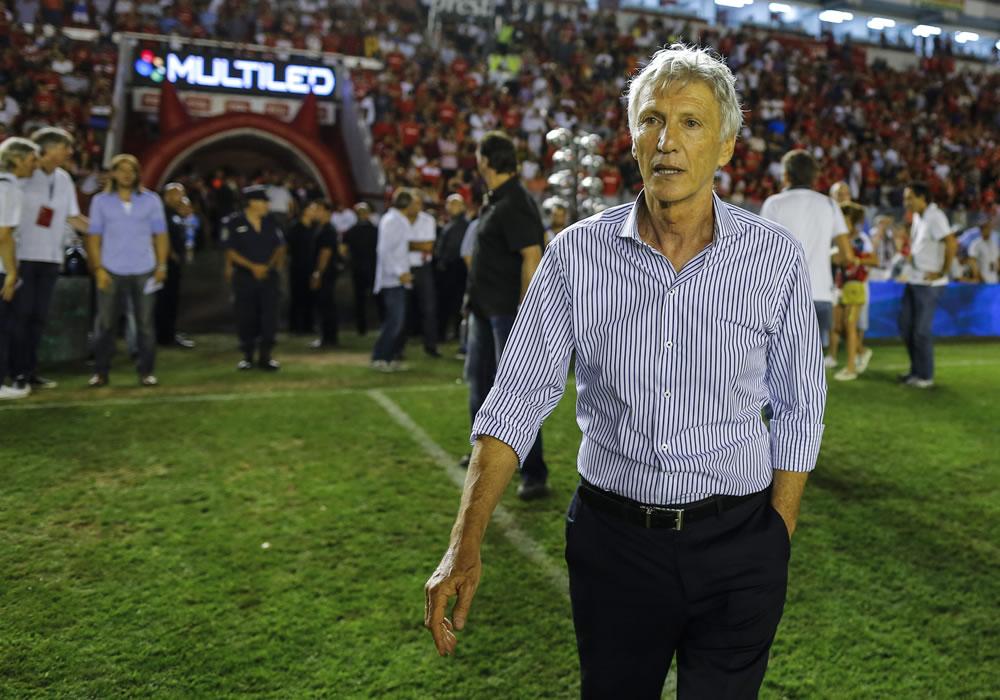 El entrenador de la selección colombiana de fútbol, Jose Pekerman, participa del partido despedida del futbolista de Gabrie Milito. Foto: EFE