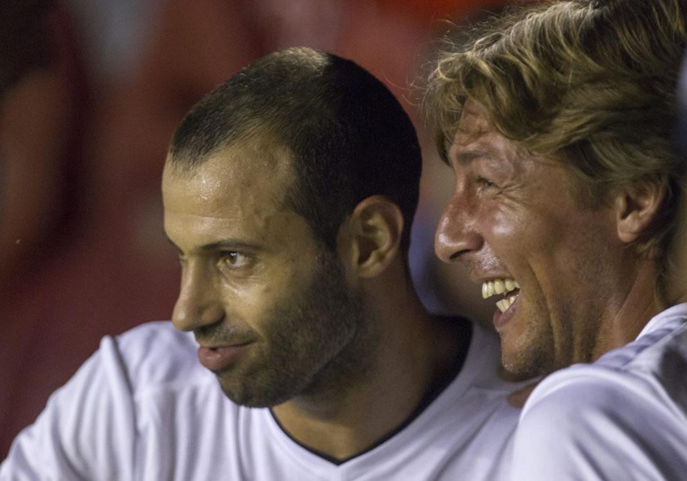 Los jugadores Javier Mascherano (i) y Gabriel Heinze (d) ríen durante partido despedida de Gabriel Milito. Foto: EFE
