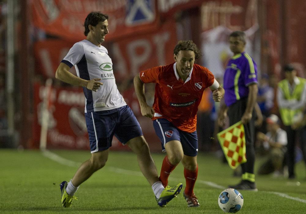 Gabriel Milito (d) y su hermano Diego Milito (i) corren en el partido de despedida. Foto: EFE