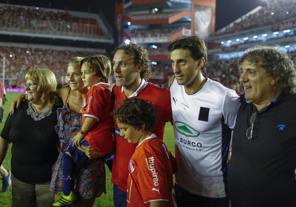 Gabriel Milito (c) posa con su familia al terminar su partido de despedida. Foto: EFE