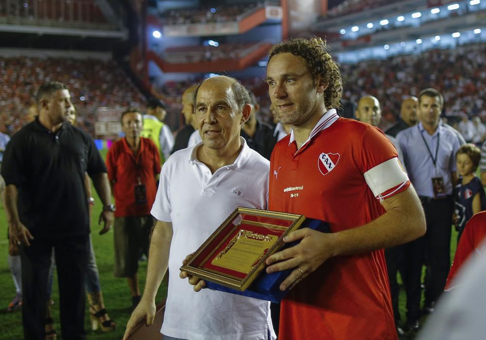 Gabriel Milito (d) recibe una placa de una de las glorias de Independiente de manos de Ricardo Bochini. Foto: EFE