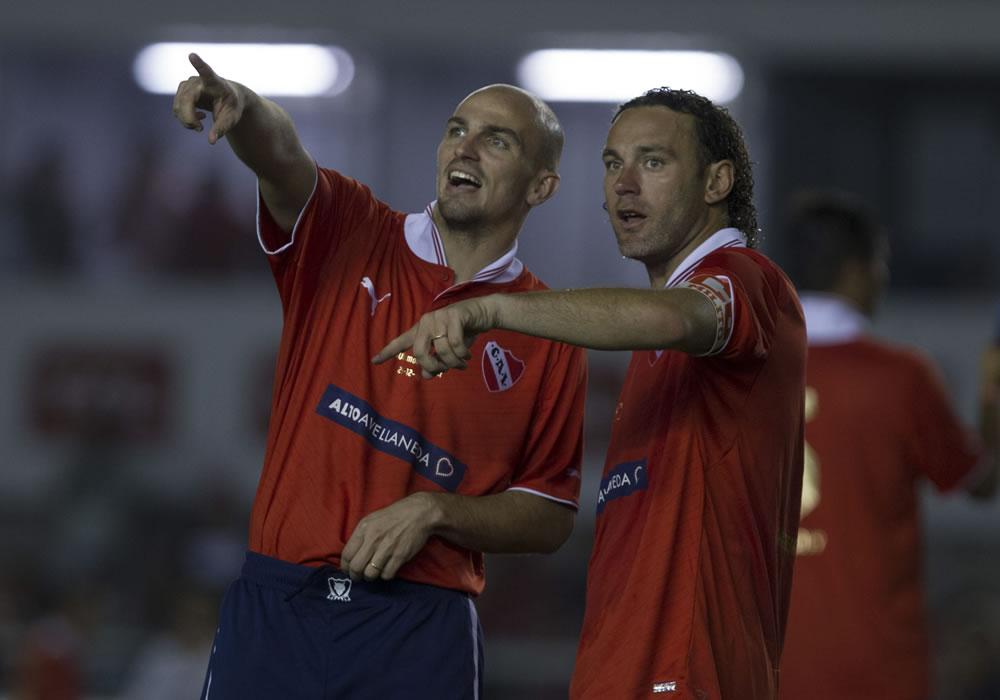 Gabriel Milito (d) y el jugador Esteban Cambiasso (i) hablan. Foto: EFE