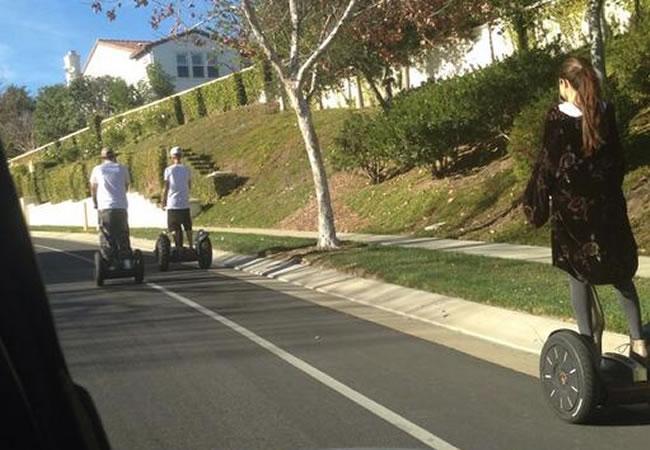 Justin Bieber y Selena Gomez paseando en segways en California. Foto twitter: @nicksanitsky