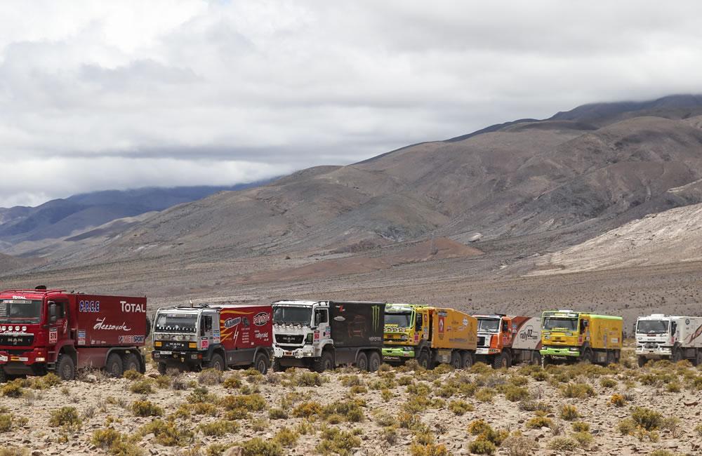 Vista de varios camiones que esperan su turno en la localidad de Las Cuevas el turno de largada. Foto: EFE