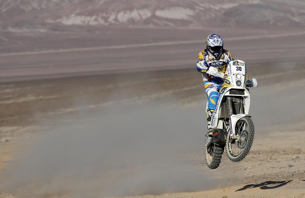 El piloto surafricano Riaan Van Niekerk en acción durante la undécima etapa del rally. Foto: EFE